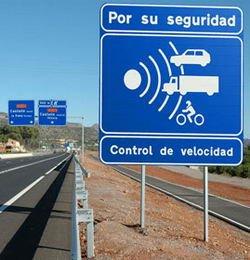 Cartel aviso de radar carretera